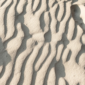 Tropisch mooi strand met wit zand en windgolven