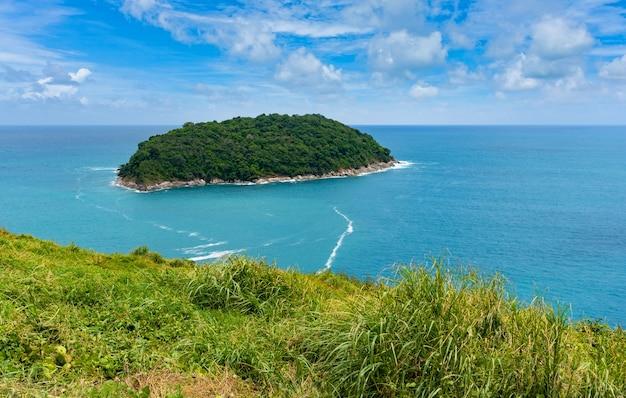 Tropisch paradijs binnen in blauwe zee en lucht op het eiland phuket, thailand.