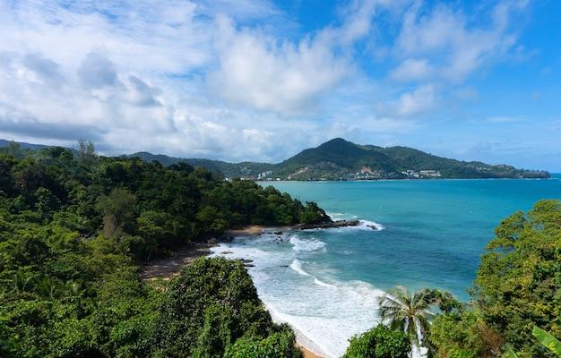 Tropisch paradijs binnen in blauwe zee en lucht op het eiland phuket