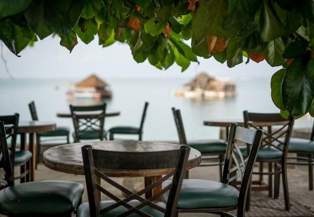 Tropisch restaurant op het strand