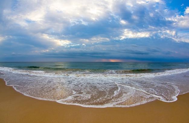 Tropisch strand bij mooie zonsondergang