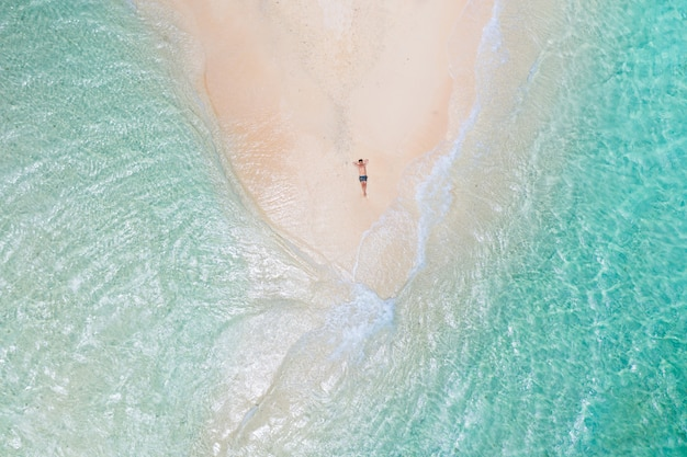 Tropisch strand in de filippijnen, naked island