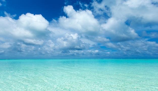 Tropisch strand in de maldiven met blauwe lagune