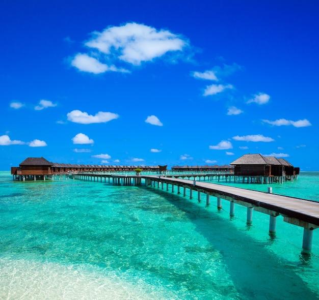 Tropisch strand in de maldiven. reizen, toerisme en vakanties concept.