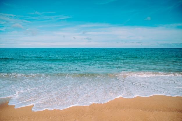 Tropisch strand in thailand. uitzicht op de strandkust, de zee en de lucht