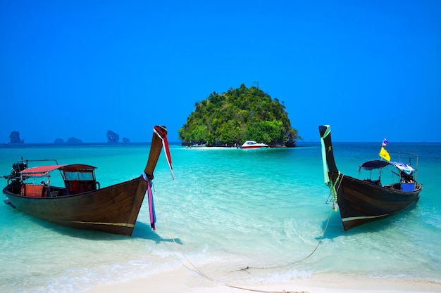 Tropisch strand, longtailboot, andamanzee, krabi, thailand