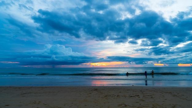 Tropisch strand met bewolkt