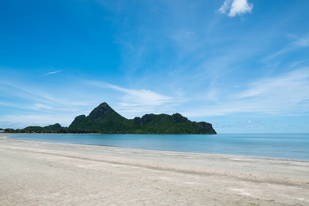 Tropisch strand met blauwe hemel in thailand