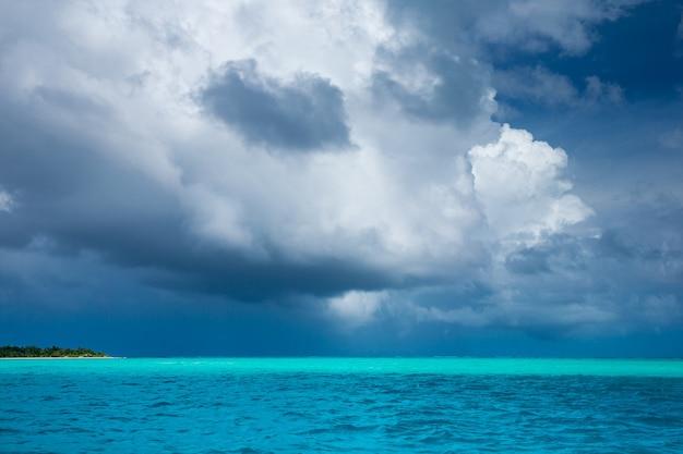 Tropisch strand op de malediven met blauwe lagune