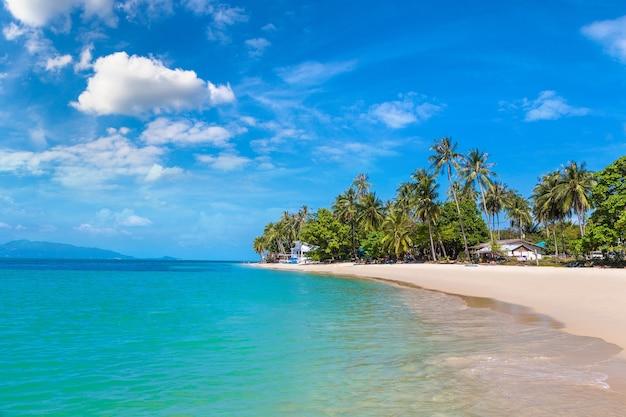 Tropisch strand op het eiland koh samui