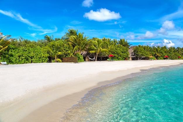 Tropisch strand op het eiland van de maldiven