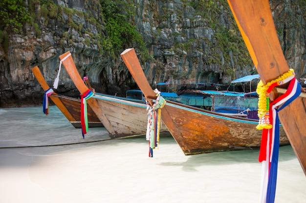 Tropisch strand, traditionele lange staartboten, beroemde maya-baai