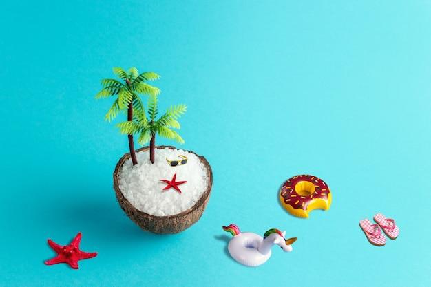 Tropisch strandconcept dat van kokosnoot en palmboom op blauwe achtergrond wordt gemaakt