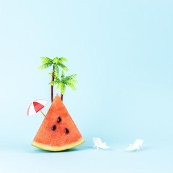 Tropisch strandconcept gemaakt met watermeloen en palmboom