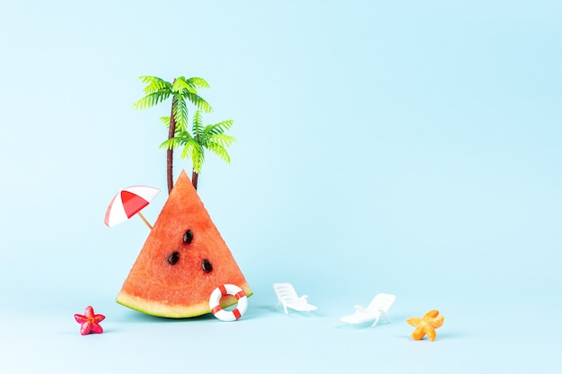 Tropisch strandconcept gemaakt met watermeloen en parasol