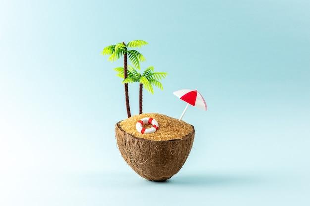 Tropisch strandconcept gemaakt van kokosfruit en parasol