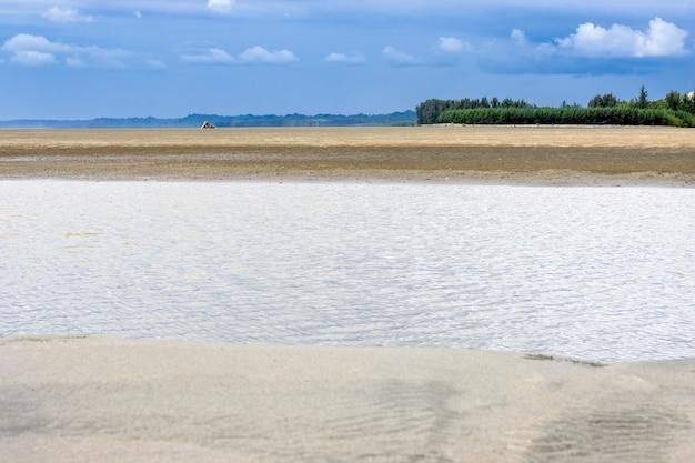 Tropisch zandstrand aan zee met overloopwater