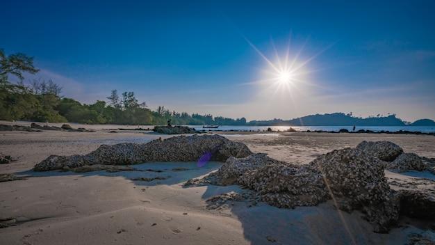 Tropisch zeezicht met fonkelend zonlicht