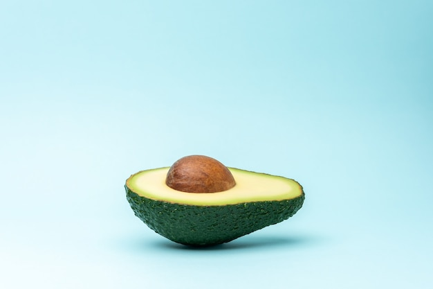 Tropisch zomerconcept gemaakt met avocadofruit op pastelblauwe achtergrond