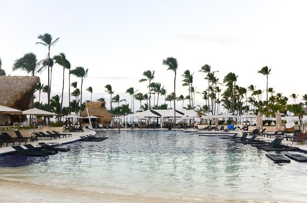 Tropisch zwembad in dominicana.
