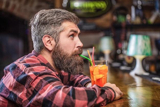 Tropische alcoholische verse cocktail. barman in café of restaurant