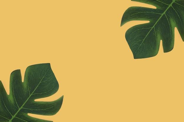 Tropische bladeren op gele achtergrond