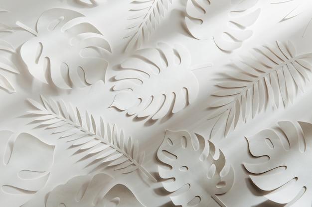 Tropische bladeren patroon. verschillende papieren bladeren op een witte achtergrond. papieren kunst. platliggend, bovenaanzicht