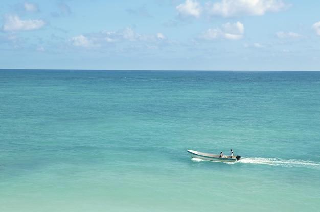 Tropische caraïbische overzees met boot op turkoois