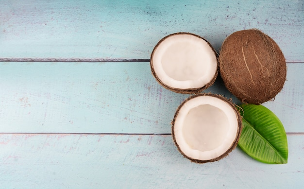 Tropische fruit rijpe kokosnoot en een half