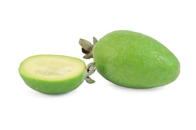 Tropische fruitfeijoa (acca-sellowiana) die op witte oppervlakte wordt geïsoleerd