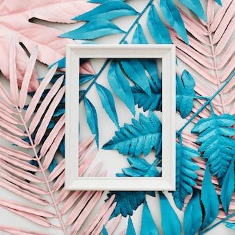 Tropische heldere kleurrijke achtergrond met exotische geschilderde tropische palmbladen