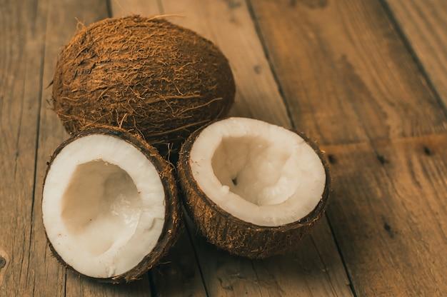 Tropische kokosnotenvruchten op een houten achtergrond in rustieke stijl