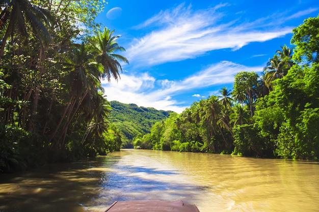 Tropische loboc-rivier, blauwe hemel, bohol-eiland, filippijnen