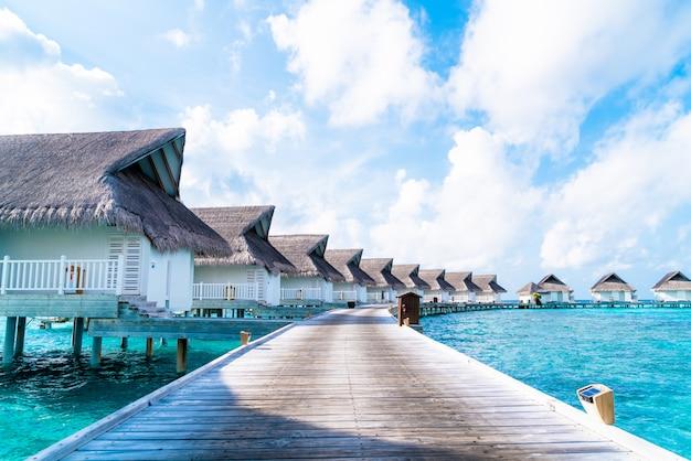 Tropische malediven resort hotel en eiland met strand en zee voor vakantie vakantie concept