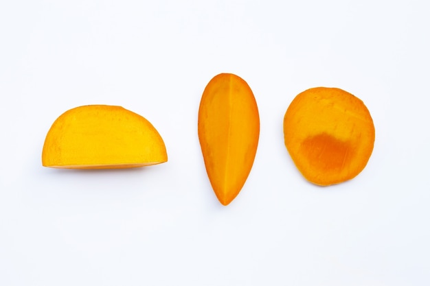 Tropische mango's op witte ondergrond