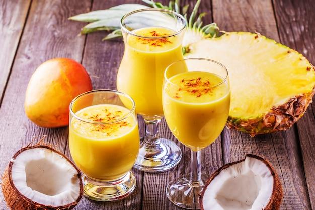 Tropische milkshake met ingrediënten