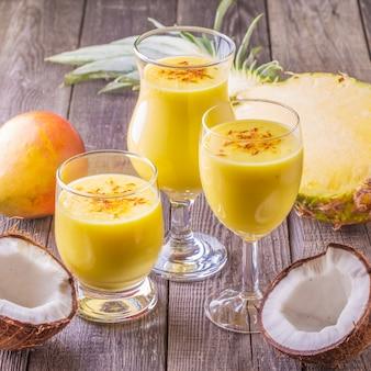 Tropische milkshake met ingrediënten.
