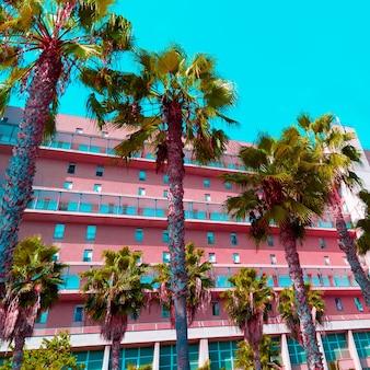 Tropische mode roze minimaal. palmen en hotel. stijlvol kleurontwerp
