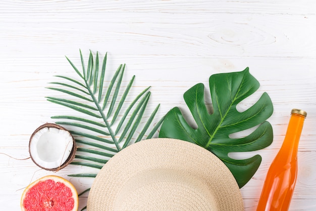 Tropische regeling van fruit en strohoed