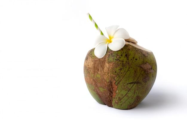 Tropische verse kokosnootcocktail verfraaide die plumeria op witte achtergrond wordt geïsoleerd