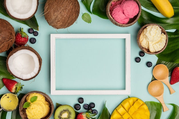 Tropische vruchten en planten met verschillende soorten ijs in kokosnotenshells op blauwe achtergrond