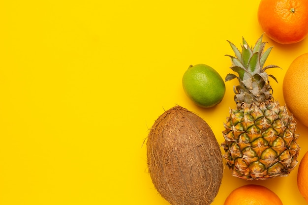 Tropische vruchten kokos, ananas, sinaasappel en limoen
