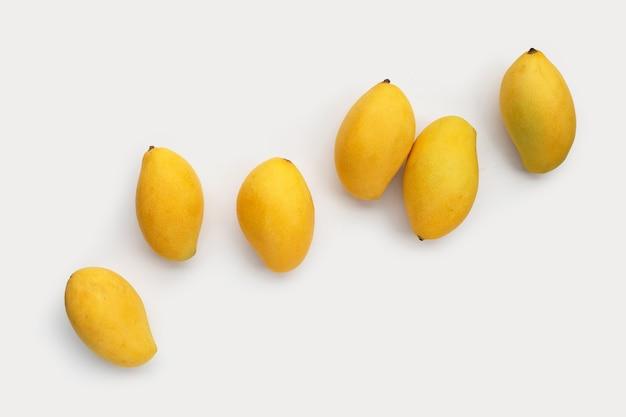 Tropische vruchten op witte ondergrond
