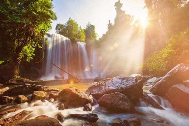 Tropische waterval in de ochtend