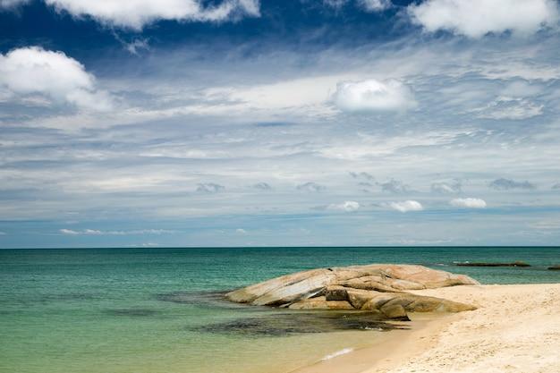 Tropische zee en blauwe hemel