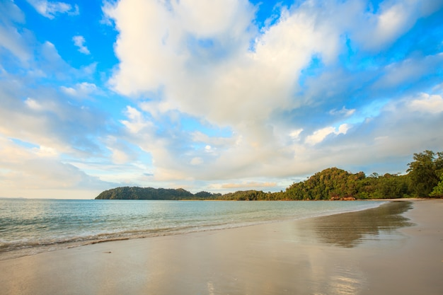 Tropische zee en strand en hemel in thailand
