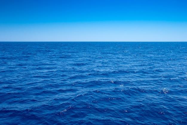 Tropische zee in sri lanka. zomervakantie en vakantieconcept voor toerisme.