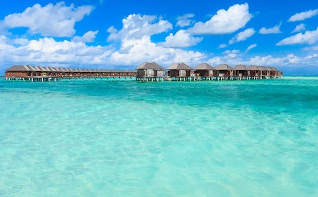Tropische zee met bungalows