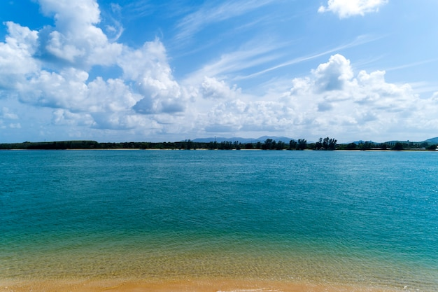Tropische zee met heldere blauwe lucht en witte wolken