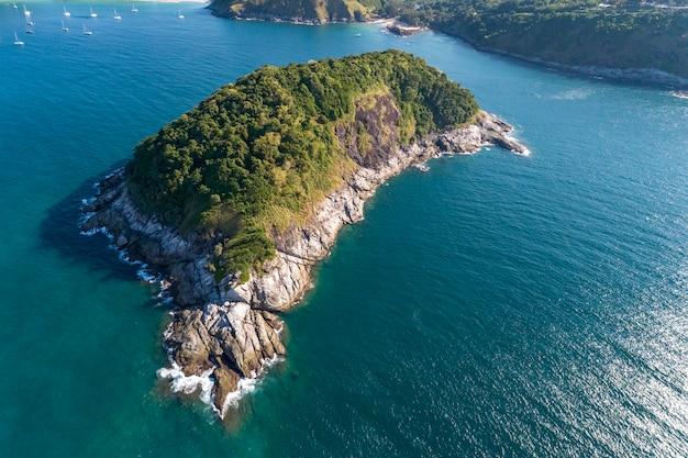 Tropische zee met mooi eiland